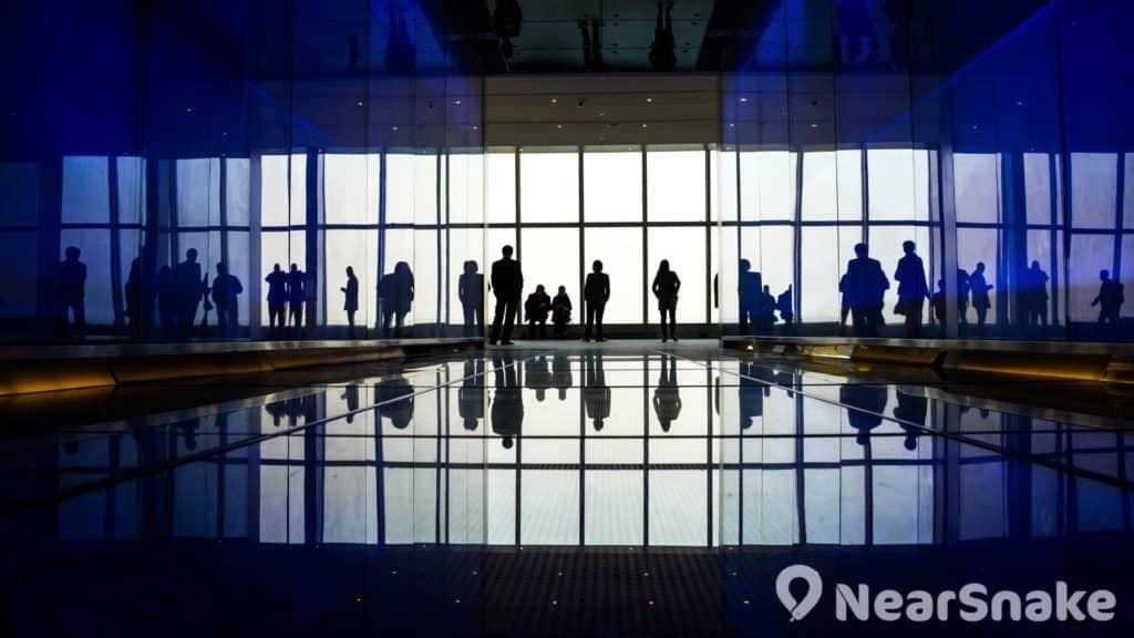 天際100位於環球貿易廣場(ICC)第 100 層,為全港最高的室內觀景台。