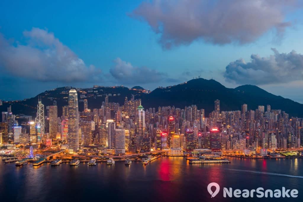 大家在天際 100 可飽覽維港對岸的香港島全景。