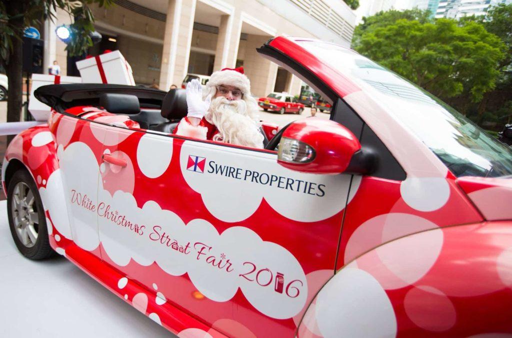 星街小區白色聖誕市集除了有聖誕老人現身與在場人士玩遊戲和拍照,大會亦籌備了合唱團聖誕頌歌、舞蹈、色士風及敲擊樂等現場娛樂表演,與眾同樂。