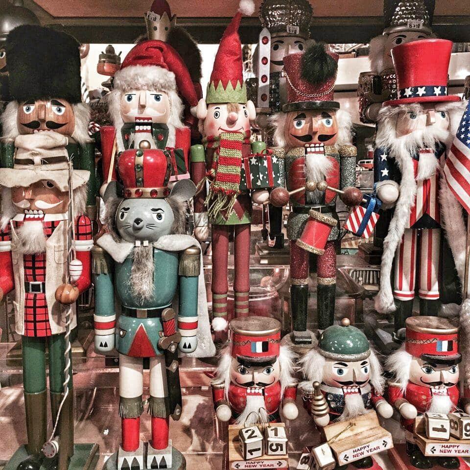 2017 年星街小區白色聖誕巿集將會有超過 20 間聖誕購物攤檔,售賣各式各樣的懷舊玩具、手作工藝品、飾物及家居佈置,正在物色聖誕禮物的朋友不妨到巿集尋尋寶!