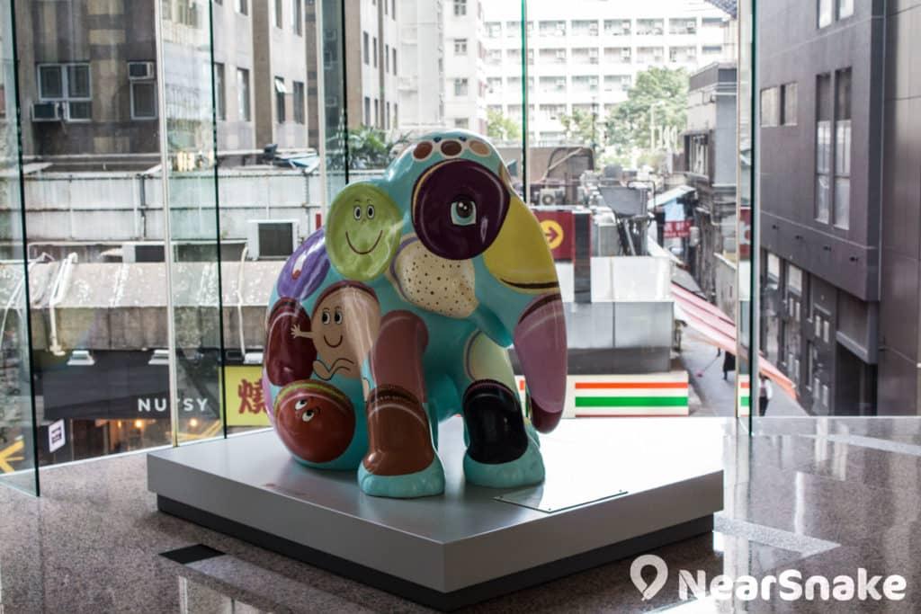 色彩鮮豔的塑像為太古坊辦公大樓增添幾分文化氣息。