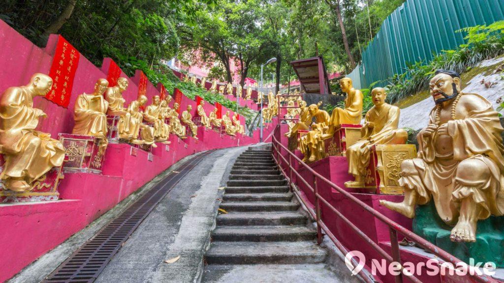 登上萬佛寺的樓梯有金漆佛像夾道歡迎。
