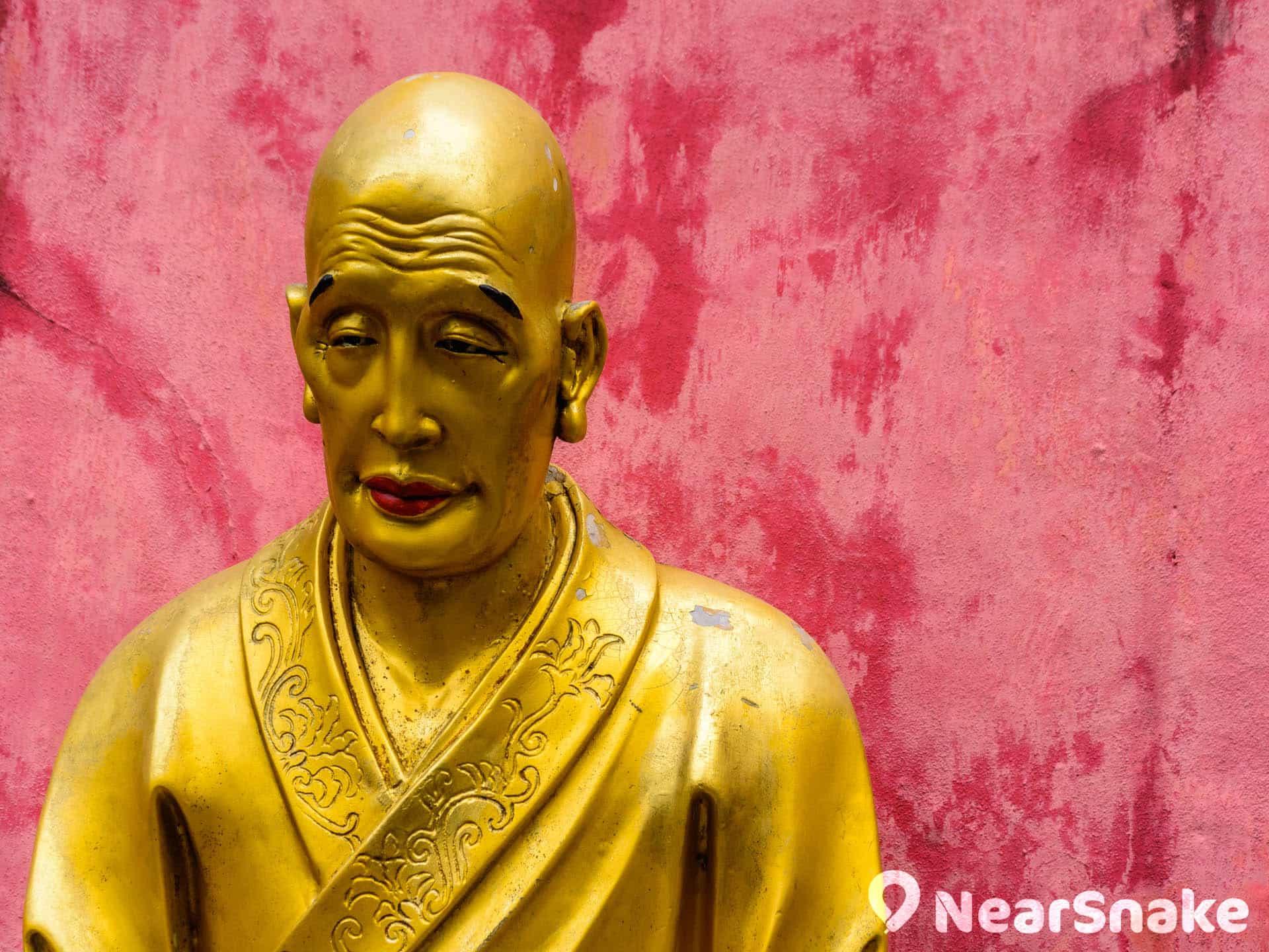 萬佛寺內佛像神情各異。
