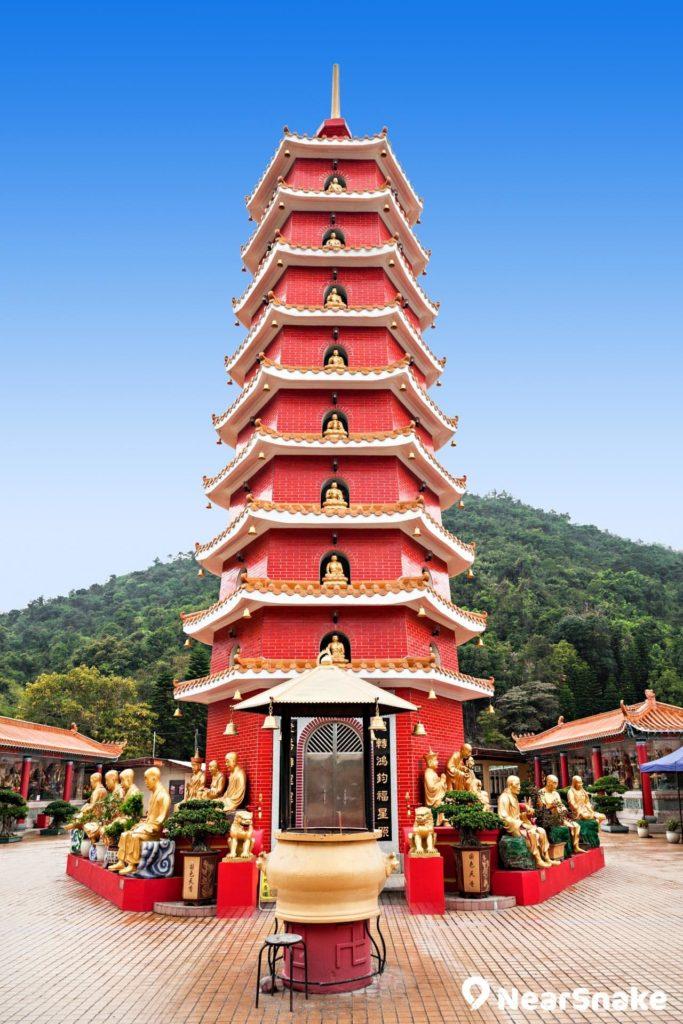 9 層高的萬佛塔是萬佛寺鮮明的標誌性建築。