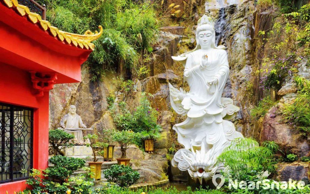 除了大量塗金佛像,亦有純白的觀音像竪立山林間。