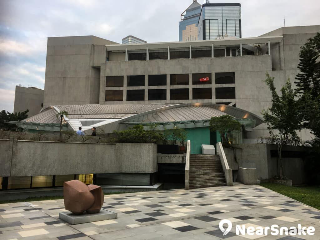 香港賽馬會演藝劇院原是露天劇場,演藝學院花上三年時間,將之改建 成室內劇院,更是全港獨有的天幕劇院。