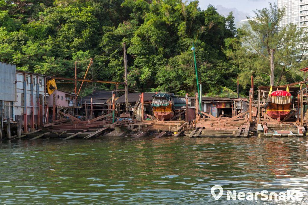 以往香港仔避風塘的兩岸是中小型船廠的集中地,目前避風塘內仍可找到一些船塢。