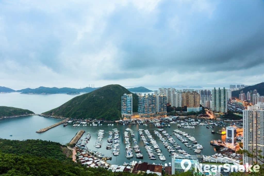 這裡是香港仔南避風塘,可見一排排的遊艇橫向列陣,布局非常齊整。