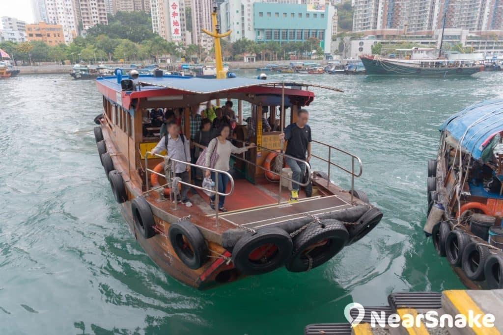 香港仔和鴨脷洲之間設有街渡,在香港仔避風塘內來回穿梭。