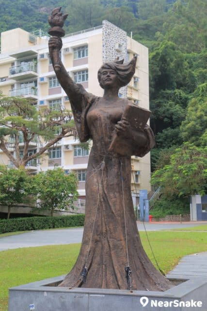 象徵自由民主薪火相傳的民主女神像在 2010 年 6 月正式落戶於中文大學校園,現已成為中大地標。