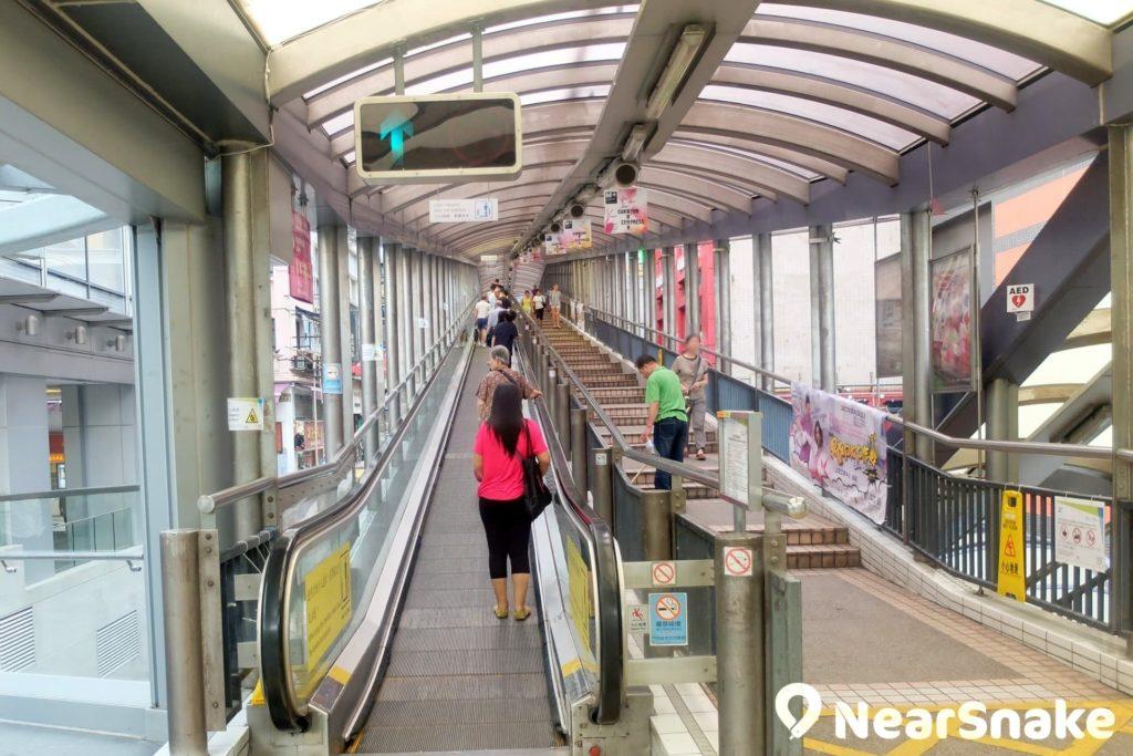只是皇后大道中起點的一段電扶梯便有幾十米長,後面幾段還甚長的自動梯,由皇后大道中搭乘半山電梯到干德道,全程約需 20 多分鐘。