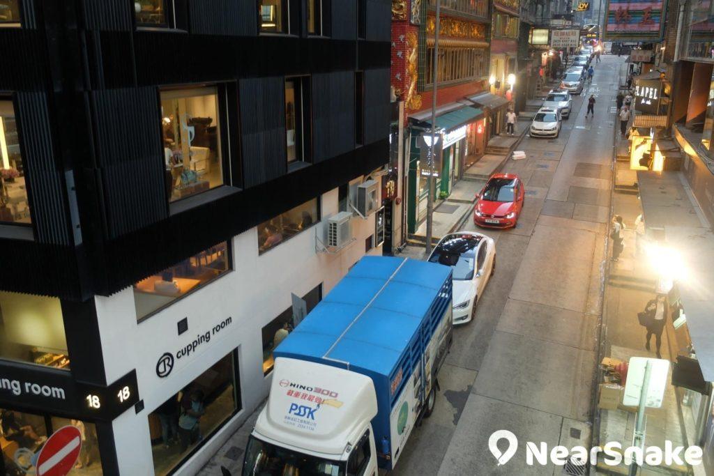 隨著中環至半山自動扶手電梯系統慢慢爬升,大家沿途可俯瞰中環街道景觀。