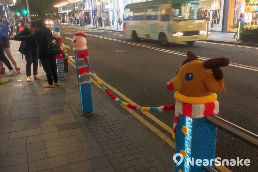 由毛冷製成的聖誕鹿、聖誕老人和雪人,已成為銅鑼灣街頭的自拍熱點。