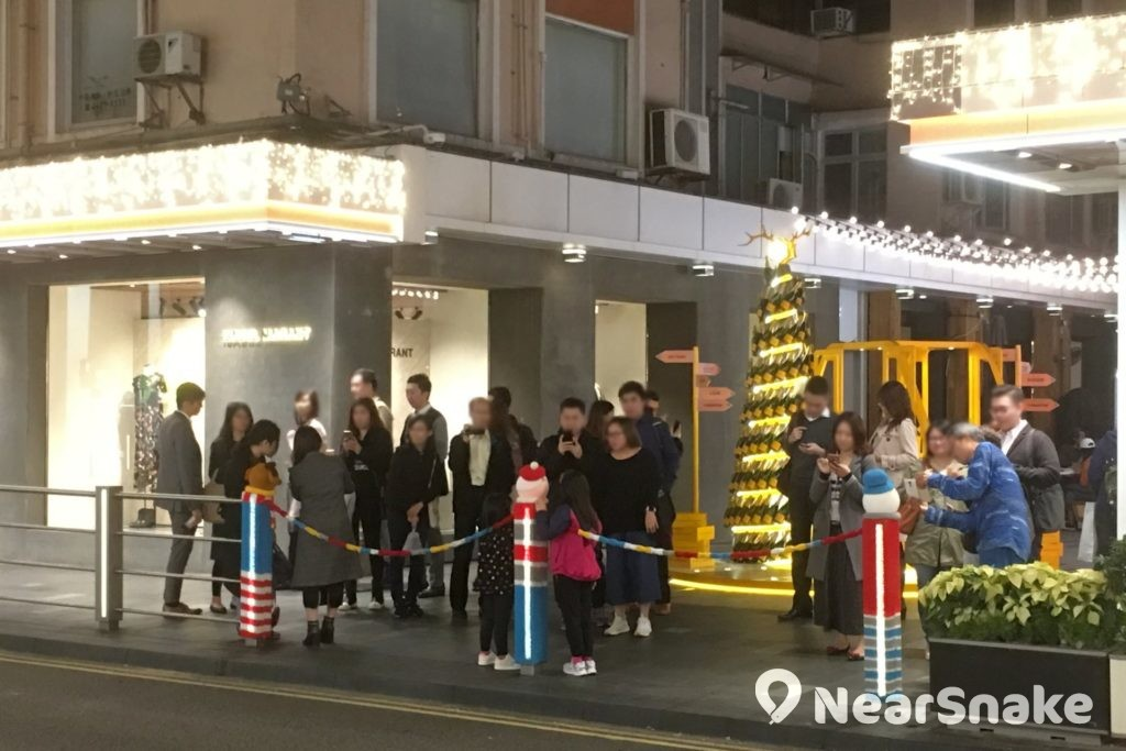 La Belle Epoque 的聖誕造型毛冷裝飾安放在 Fashion Walk 食街的欄杆上,令街道頓添聖誕氣氛。