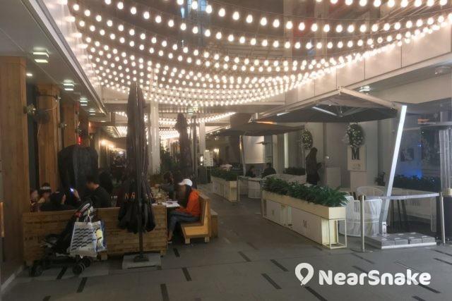 Fashion Walk Food Street 是一條以飲食為主題的步行街,兩旁雲集不同國家美食的餐館。