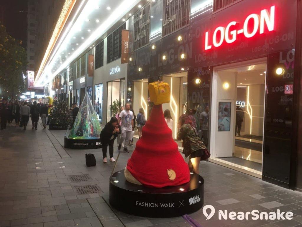 擺放在 Fashion Walk 門外的型格聖誕樹,是與商場內各大品牌合作的聯乘作品。
