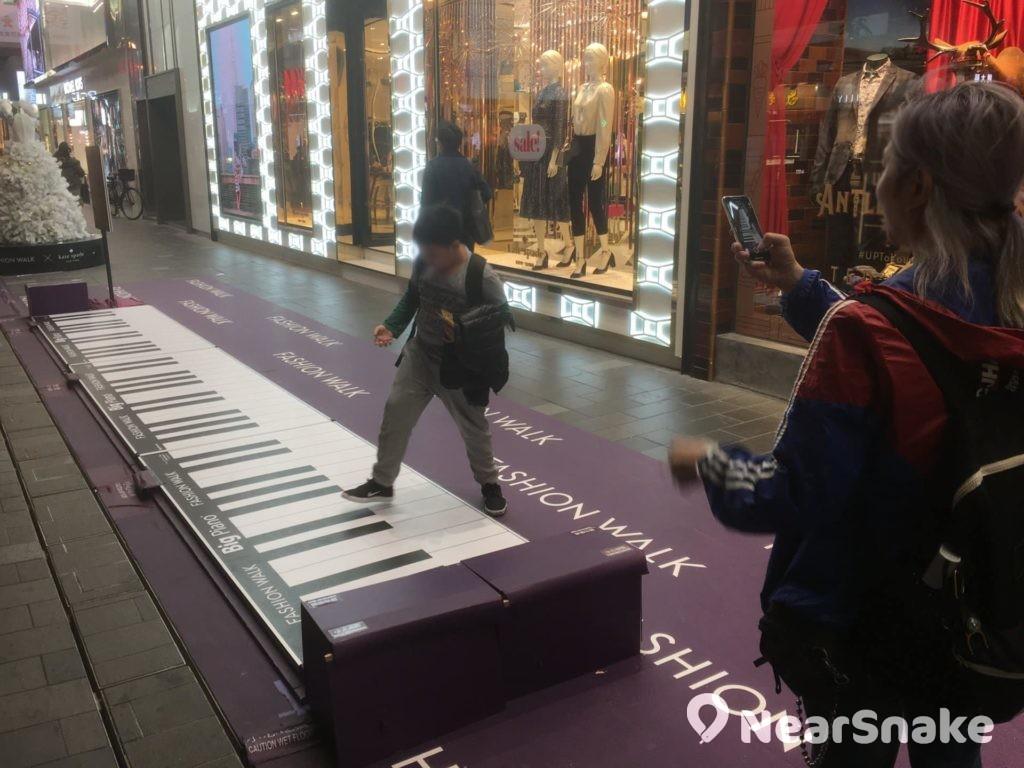 放在商場門口的巨型琴鍵,任由途人踐踏,隨意奏出旋律。