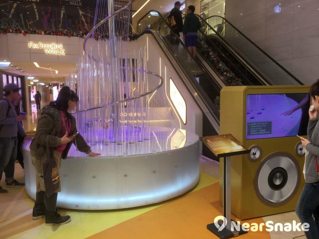 Fashion Walk 互動音樂聖誕樹裝置高 4 米,伸伸手便可奏出不同音調,來與友人一同奏出樂曲吧!