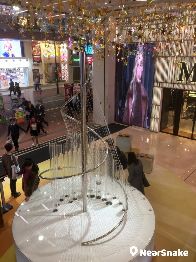 Fashion Walk 商場內的音樂聖誕樹不但是商場主要裝飾,更可與途人互動奏樂。