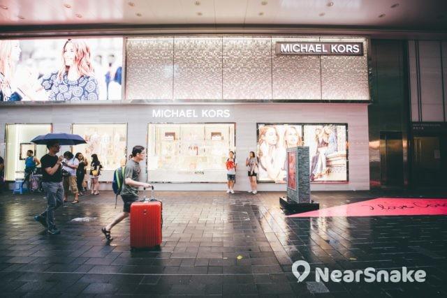 Fashion Walk 名店林立,除有港島區最大的 LOG-ON 生活精品店與 Max Mara 概念旗艦店外,還有 Michael Kors 旗艦店進駐其中。
