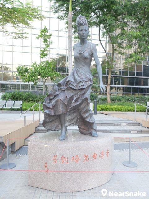 梅艷芳一生「在台上我覓理想」,銅像也是保留她的舞台上風采。題字「香港女兒」更是出自劉德華手筆。