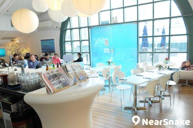 香港海事博物館頂層設有咖啡茶座,可讓大家一面品嚐咖啡,一面欣賞維多利亞港海景。