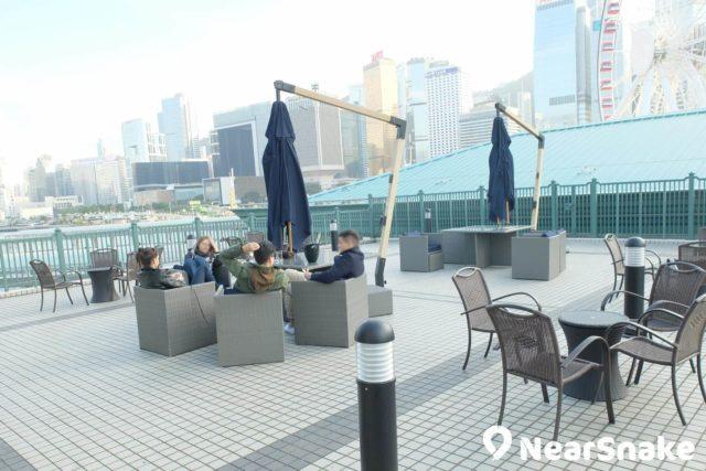 穿過香港海事博物館頂層的咖啡茶座,還有一個戶外空間,行得累了,便可在此休息,更可眺望中環摩天輪。