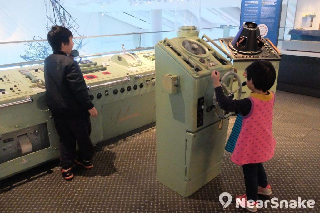 海事博物館 A 層還有一個仿駕駛室,可讓大家扮扮船長。