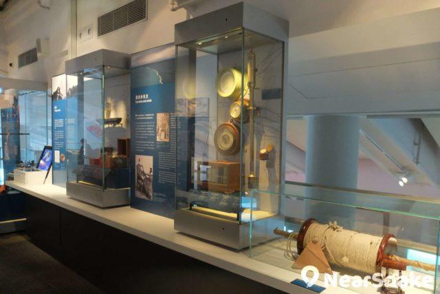 海事博物館內的展品包括多件與船隻相關的古今儀器,可惜全都放在玻璃櫃內,大家「只可遠觀而不可褻玩」。