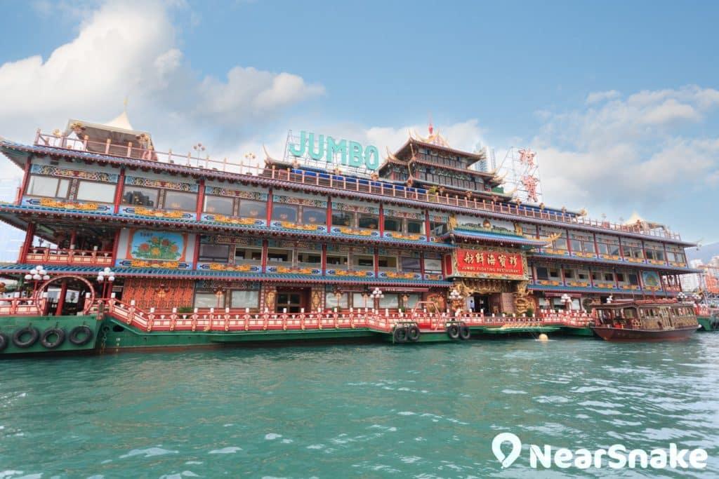 珍寶海鮮舫建於香港仔南避風塘的中央位置。