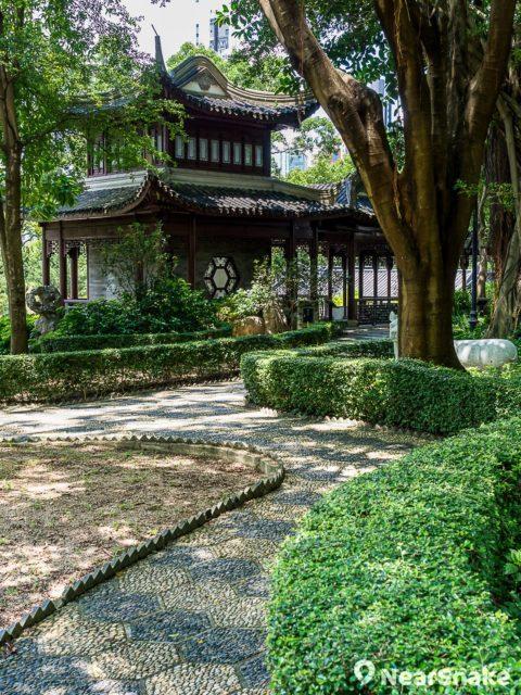 九龍寨城公園內園林小徑在仿古設計的亭台樓閣襯托下,營造出別具詩情畫意的景致。