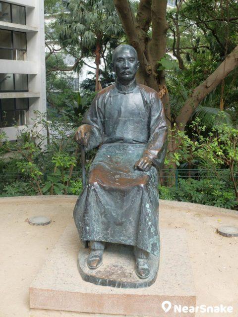 蒙國平花園內擺放了年屆中老年的孫中山銅像,手持一根杖枴,一面嚴肅,是想要對港大生來當頭棒喝嗎?