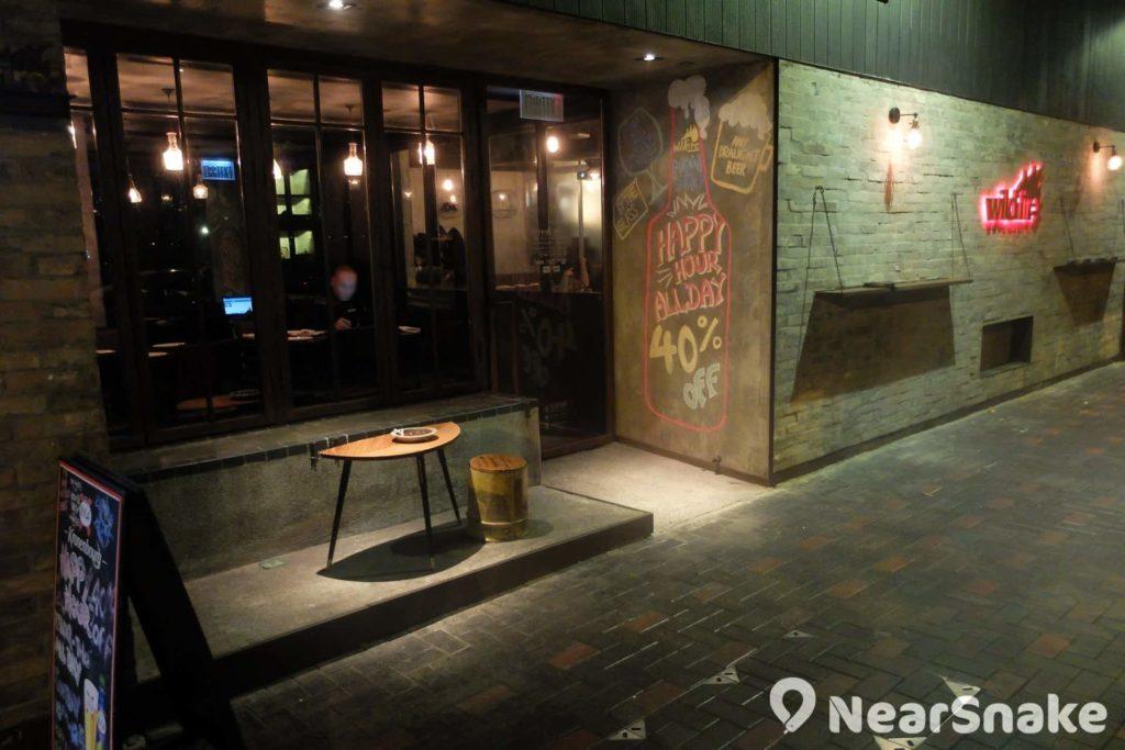 蘇豪東的這家餐廳外牆點題地採仿砌磚式裝飾設計。喜歡吸煙的顧客大可來到店外的窗台,「圍爐」聊天。