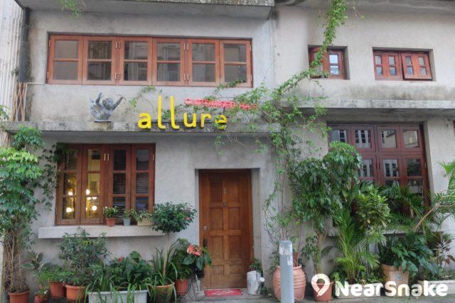 這家大坑小店保留有舊樓外牆及間架,種上各類綠色植物,想不到是髮型屋「allure」吧?