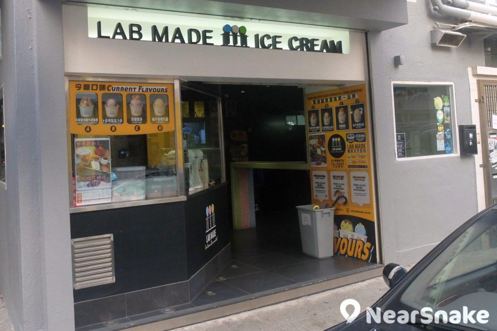 大坑 「Lab Made 分子雪糕」用液態氮製作雪糕,因此店內一片迷霧氣氛。