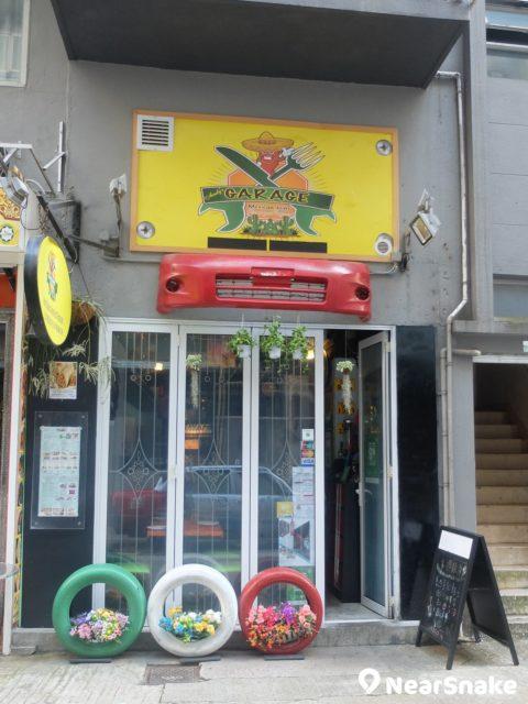 這家大坑小區內的墨西哥餐廳「Garage」,舖子不大,不過看到店頂的車殼,還是很想入去試試。