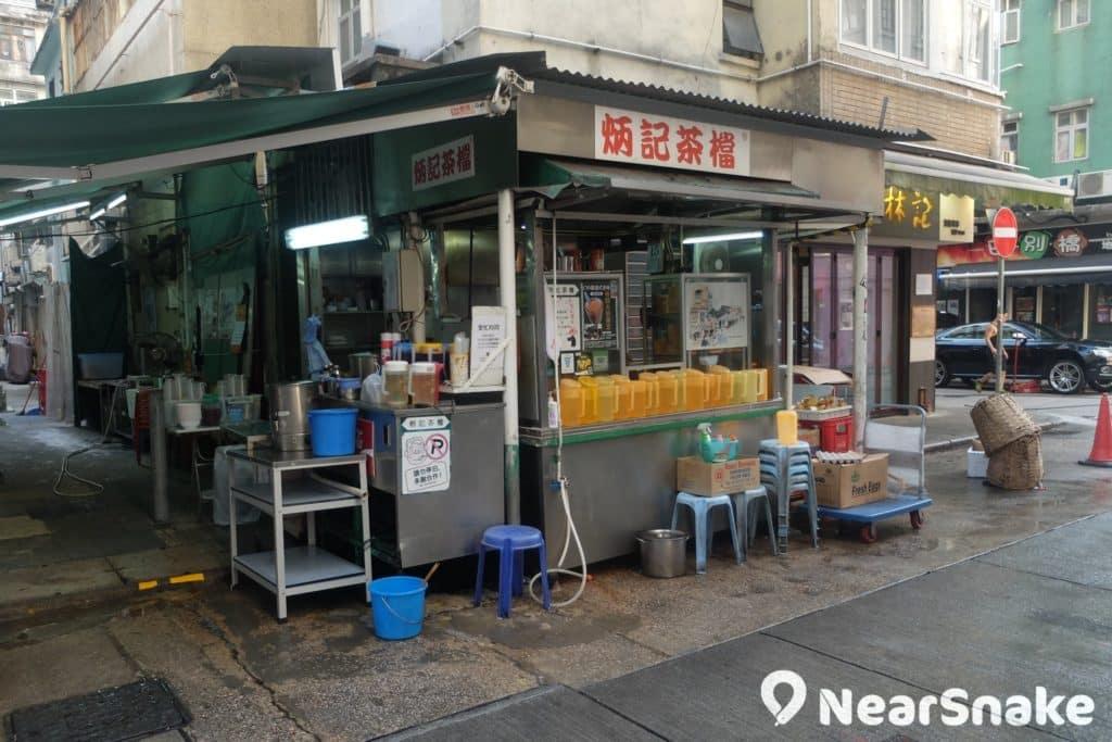 大坑「炳記茶檔」是現存少有的香港街頭茶檔,不試一杯奶茶不可喔!