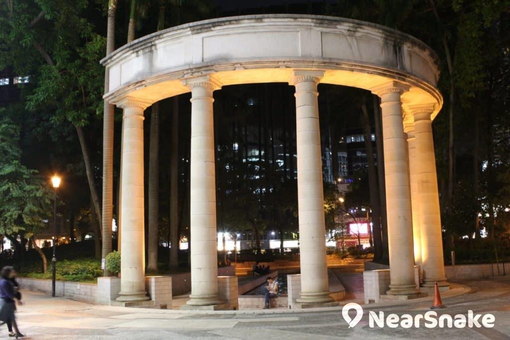 尖東麼地廣場市政局百週年紀念花園西區安放了昔日尖沙咀火車站的其中 6 支希臘式設計石柱。