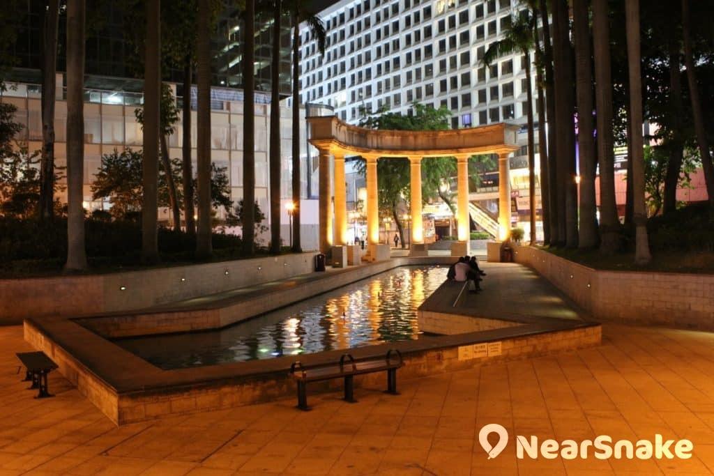尖東麼地廣場市政局百週年紀念花園西區的希臘式設計石柱旁,建有一個長形噴水池。