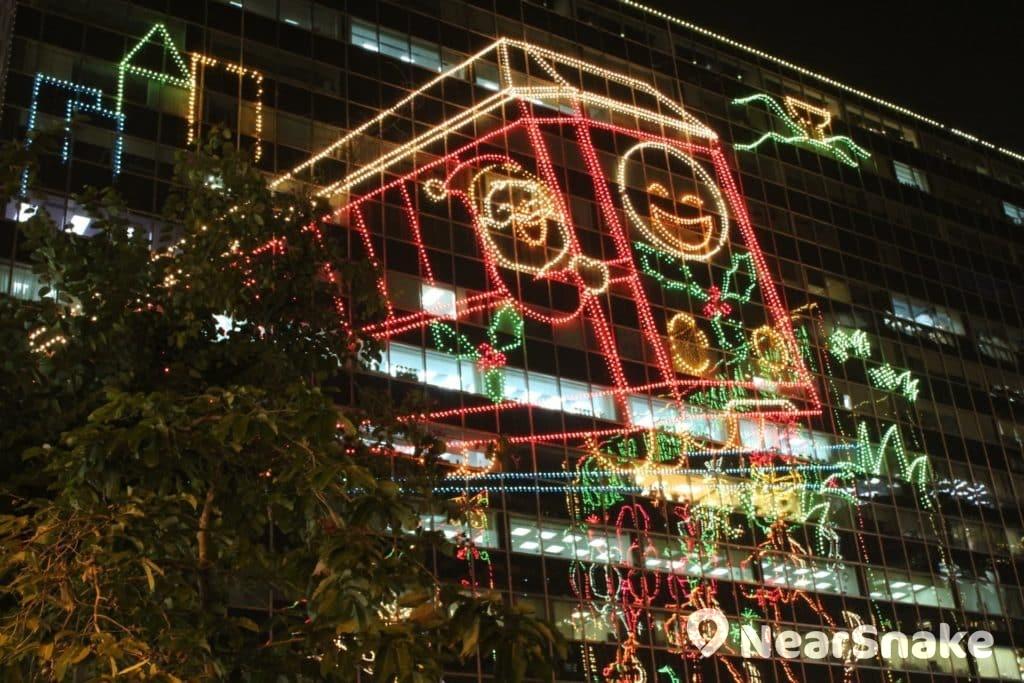 東海商業中心外牆上的「聖誕火車」,仿如從樹頂上衝出來。