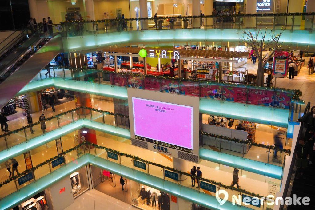 荃灣廣場中庭設置大電視屏幕,扶手電梯(手扶梯)則多數分佈在中庭兩邊,預留中央空間舉辦活動,視覺上亦顯開揚。