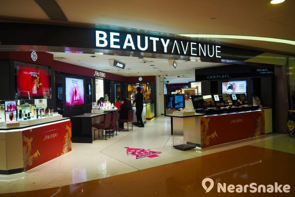 荃灣廣場乃區內唯一一個商場設有化妝美容專區,雲集十多個國際品牌,並設有男士品牌專櫃,最適合愛美之人閒逛。