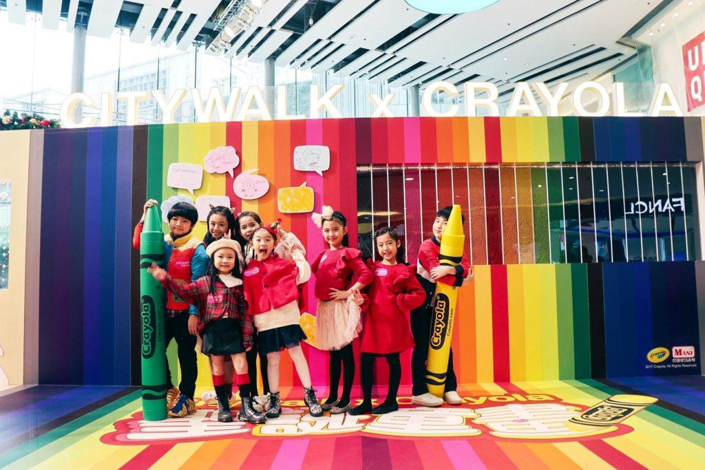 彩虹蠟筆牆由 30,000 枝 22 種不同顏色蠟筆砌成。