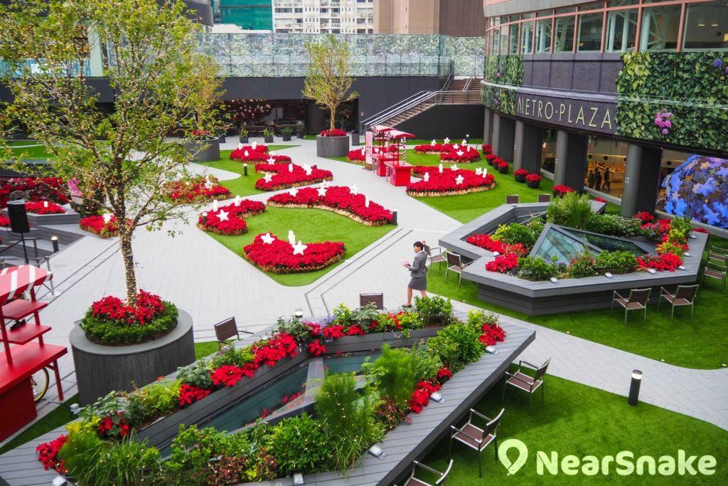優化後的新都會廣場戶外大型露天廣場佔地4萬呎,設有季節花海和草地,開放給公眾賞花休憩。