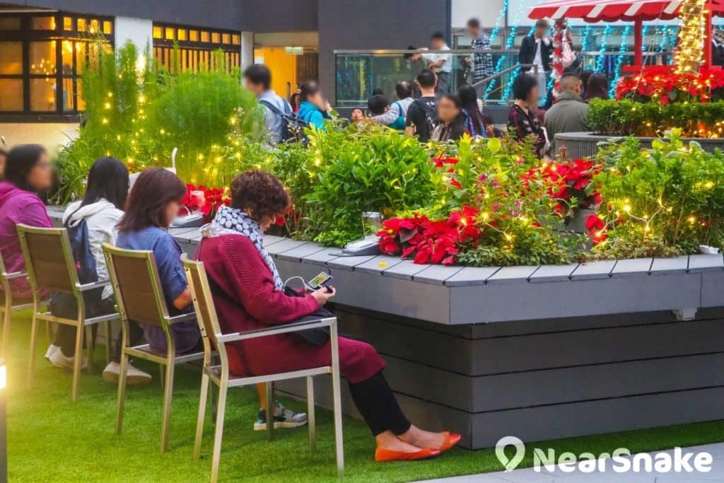 不想席地而坐話,新都會廣場的露天廣場亦設有多張座椅供遊人使用。