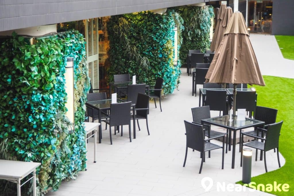 新都會廣場 4 樓設有戶外露天餐飲區,於露天茶座可邊享受日光,邊欣賞廣場花海美景。