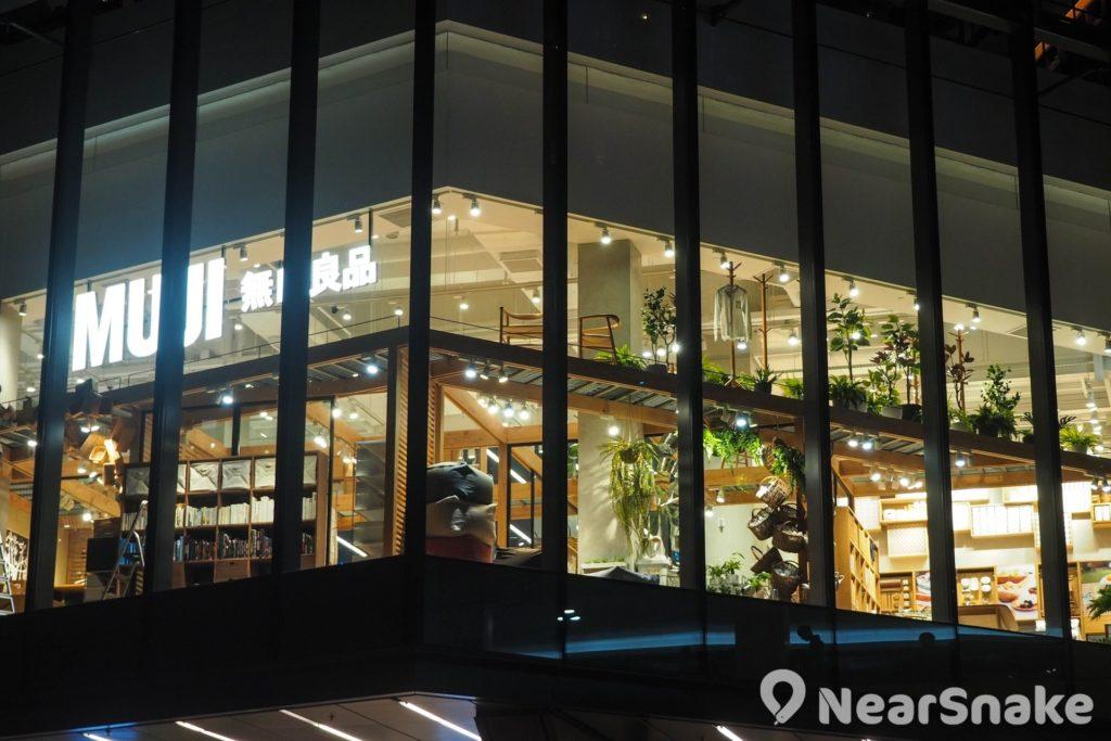 MUJI 無印良品是新都會廣場的重點店舖,三面落地大玻璃設計引人注目,而商品囊括家居配置至個人生活,令人流連忘返。