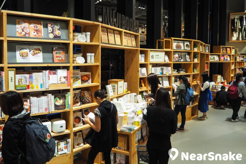 新都會廣場無印良品內的 MUJI BOOKS,劃分為衣、食、住、行和兒童書籍區域,可讓人慢慢「打書釘」。