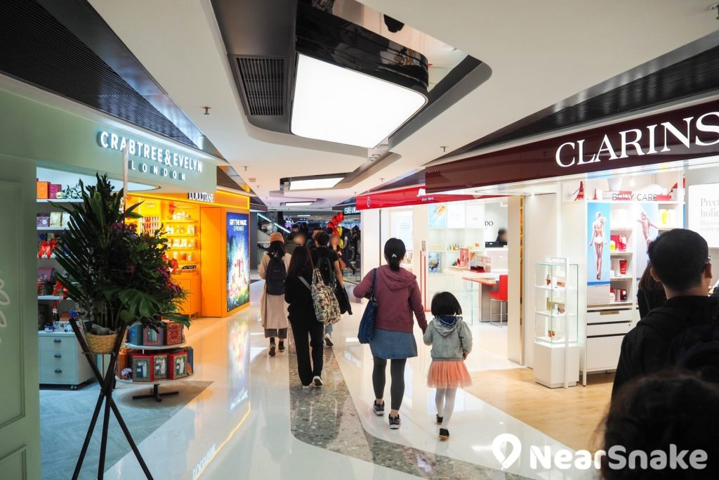 新都會廣場 3 樓美容區匯集多間美容護理店,不少品牌更是區內獨有。