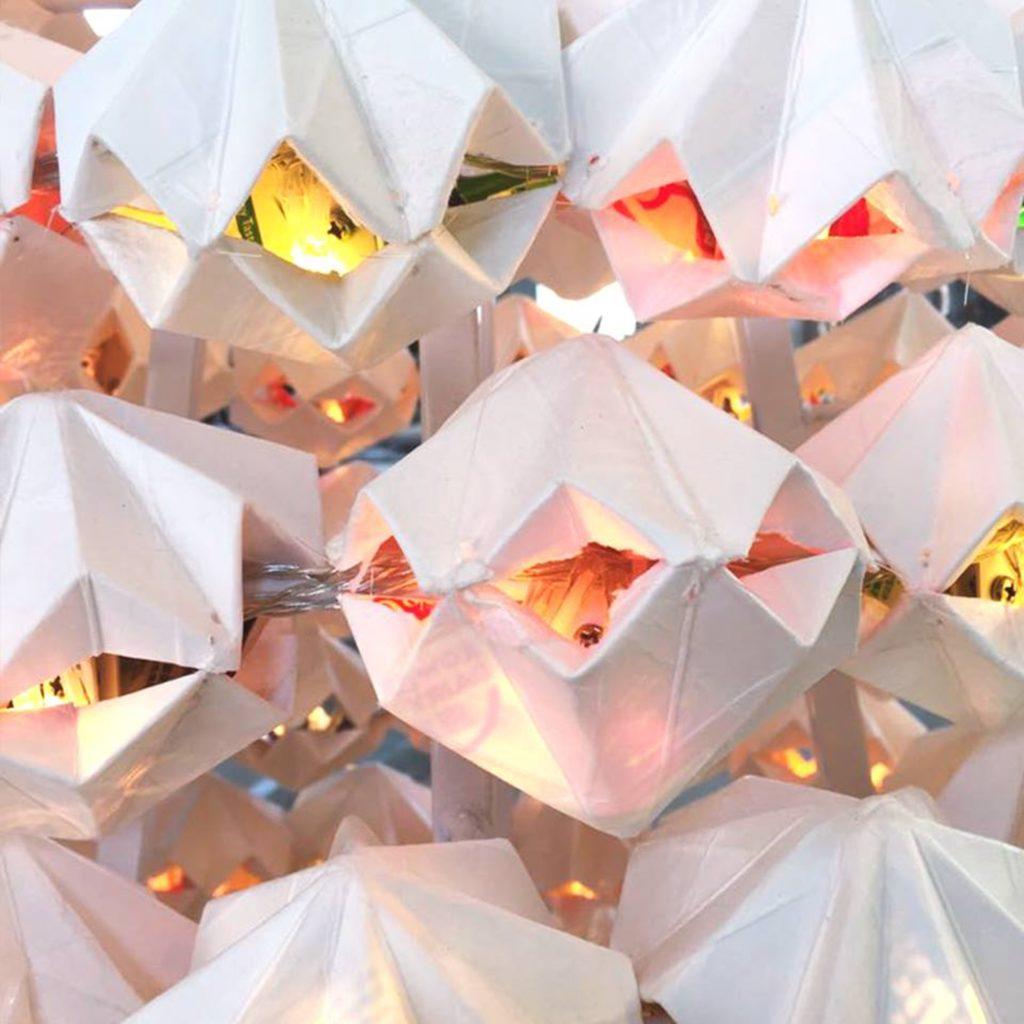 藝術家用巧手將棄置的紙包飲品盒轉化成聖誕樹的素材,擺放在 PMQ 展出。